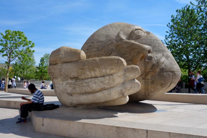 Statues bizarres de Paris - L'écoute